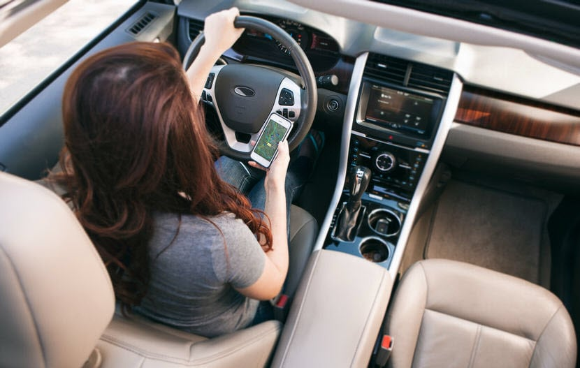 woman-driver-on-phone-using-gps